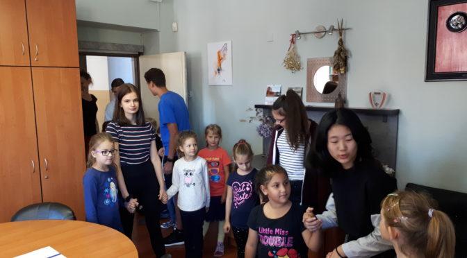 Deváťáci provedli školou prvňáčky